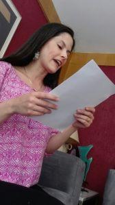 Adriana lee su carta de despedida